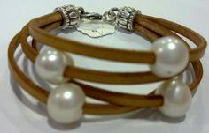 Pulsera en cuero plano y perlas cultivadas