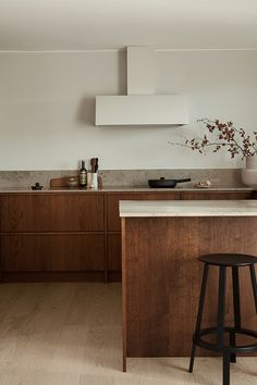 Platsbyggt kök med harmoniska materialval i vår egen bets 'Kastanj'.  #platsbyggt #kök #träkök #skräddarsytt #handmade #köksinspiration #kitchendecor #kitchenstyle #himlekök #simplestyle #massivträ  #kitcheninspiration #custommadekitchen Kitchen Interior, Interior Architecture, New Homes, Cabinet, Storage, Table, House, Inspiration, Furniture