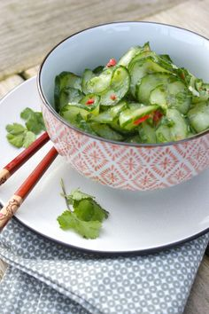 Deze friszure komkommersalade past perfect bij een BBQ in de tuin, bij een Oosters wokgerecht of als lunch met wat gebakken garnalen erbij. Maar ook met taco's of ander Mexicaans eten gaat het goed sa