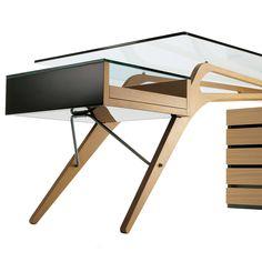 Con la sua eccellente commistione di legno e cristallo, il tavolo Cavour e' un gioiello adatto a ogni ambiente. Due anime fuse in una perfetta armonia, pro...
