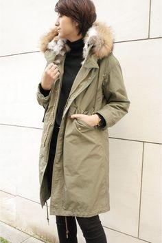 M65 モッズコート  M65 モッズコート 73440 女性らしく着こなしたい大人のモッズコート 絶妙なオーバーサイズ感で肩が少し落ちる具合が大人っぽいラフさを感じさせます キルティングのライナーは袖付き 一般的にベスト型が多いライナーですが袖があるだけで非常に暖かく防寒面もバッチリです コートの袖はロールアップできるように長めの丈に設定していてロールアップしても袖口からライナーは見えないようになっています ロールアップしたらアクセサリーを覗かせるのもおすすめです そしてとても暖かい首元のラビットファー 首前のボタンを留めて首を埋もれさせるように着ても可愛いです フードにはボリューミーなラクーンファーを フード部分にワイヤーも入っているのでフードが垂れ下がることなく綺麗に立ち上がります 首元のファーもフードのファーもどちらも取り外しが可能 もちろんライナーも取り外せます ナイロン製のとても軽い着心地なのにしっかりとした防寒防風性を携えたモッズコート インナーに厚めのニットも着れるので真冬にも十分お使いいただけると思います…