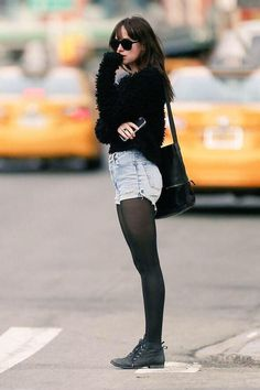 Como usar ankle boot na temporada outono/inverno: guia completo. Blusa preta com pelinhos, short jeans, meia calça, ankle boot preta