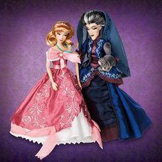 """Apesar de gostar das roupas originais (ou seja, iguais as dos desenhos), a Disney tem um segmento de bonecas lindas chamado de """"Fairytale Designer"""", onde traz as personagens com roupas mais detalhadas, com estampas e tecidos especiais, bordados e pedrinhas. Agora em setembro lança mais uma parte dessas gracinhas – a """"Heroes and Villains"""" – que serão 4 duplinhas: a Cinderela e Lady Tremaine, Aurora e Malévola, Bela e Gastão e a..."""