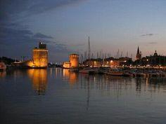 La nuit tombe sur le vieux port de #LaRochelle #charentemaritime #poitoucharentes #MagnifiqueFrance #BeautifulFrance