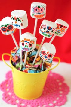 Marshmallow Sugar Skull pops, such a fun treat for a Dia de los Muertos party! 25 Day of the Dead Recipes To Die For!- Could make for Halloween ! Fete Halloween, Halloween Treats, Vintage Halloween, Halloween Makeup, Vintage Witch, Halloween Stuff, Halloween Costumes, Mexican Halloween, Skeleton Costumes
