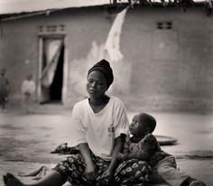"""Accanto, un'altra targa per il centenario della nascita della scuola. Mi colpisce fra tante frasi il detto africano: """"Per allevare un bambino ci vuole un intero villaggio""""."""