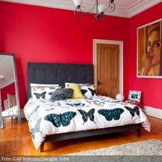 Rot gestrichenes Altbau-Zimmer mit großem Filmposter   ähnliche Bilder auf www.roomido.com