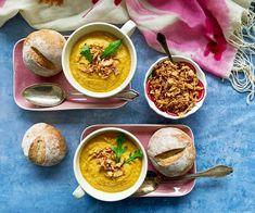 Paahdettu porkkana-kookos-tahinikeitto ja ruisvehnäsämpylät ovat mitä mainiointa talvipäivän ruokaa. Kasvisten paahtaminen antaa keiton makuun syvyyttä. Tahini, Ethnic Recipes, Soups, Food, Essen, Soup, Meals, Yemek, Eten