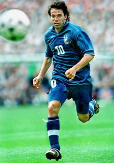 Alessandro Del Piero of Italy in action at the 1998 World Cup Finals. Best Football Players, Good Soccer Players, Football Soccer, 1998 World Cup, Fifa World Cup, Sports Mix, World Cup Final, Juventus Fc, Blues