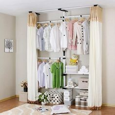 Platzsparende Kinderzimmermöbel-Kleiderschrank mit Vorhängen