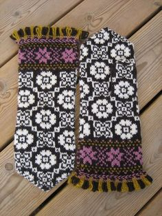 Knitting and crochet expeditions (and some band weaving trips too) Mittens Pattern, Knit Mittens, Knitted Gloves, Knitting Socks, Hand Knitting, Fair Isle Knitting Patterns, Knitting Charts, Knitting Stitches, Wrist Warmers