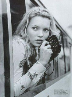 Holga e Kate. Kate Moss with a Holga by Bruce Weber Bruce Weber, Linda Evangelista, Girls With Cameras, Miss Moss, Jacqueline Kennedy Onassis, Holga, Looks Black, Foto Art, Vintage Cameras