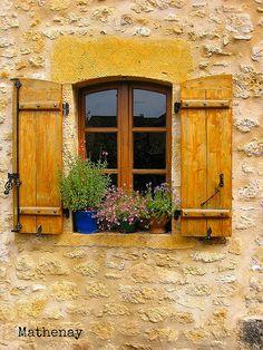 Este amarillento ventanal lo ubican en Franco Condado, una región al este de Francia, enclavada entre Suiza y la Borgoña ducal o francesa.