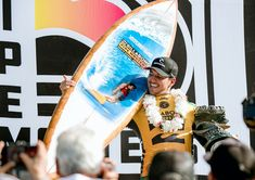 2018 Pipe Masters champion, Gabriel Medina with the 2018 Pipe Masters trophy surfboard by Phil Roberts Julian Wilson, John John Florence, World Surf League, Surfboard Art, Iconic Photos, Gabriel, Special Events, Champion