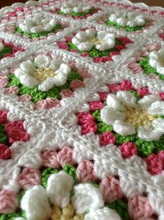 Ravelry: lira0620's Daisy Blanket - Click through to blog for instructions on the daisy square.