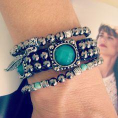 Mix de pulseiras contendo: <br> <br>- 01 pulseira estilo Chan Luu com contas abs fumê, entremeio metal níquel com detalhe em verde esmeralda. Fechamento em botão com duas regulagens de tamanho (18 e 20 cm); <br> <br>- 02 pulseiras elástica com contas em abs fumê, e pingentes na cor metal níquel.