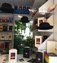precioso stand en la feria del libro de Madrid con mi poemario último : Diario de un desembarco, de Huerga y Fierro. Tener una editorial así de creativa es un lujo .