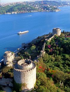 European side of İstanbul with Rumeli Hisarı castle and blooming flowers. my fovorite place in istanbul :) Places To Travel, Places To See, Places Around The World, Around The Worlds, Beautiful Places, Beautiful Pictures, Reisen In Europa, Turkey Travel, Holiday Destinations