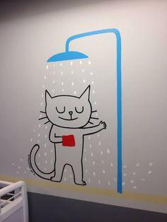"""Le chat qui prend sa douche ! Le service de pédiatrie de l'hôpital Necker transformé grâce à de jolis dessins pour les enfants réalisés par 12 illustrateurs de la maison d'édition de livre jeunesse """"L'Ecole des loisirs"""" !"""