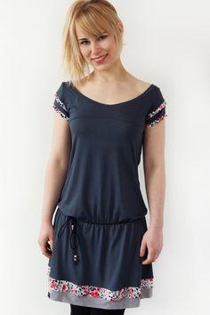 *Artikel:* Jersey Kleid *Farbe:* dunkelgrau *Besonderheiten:* Kordel mit Perlen zum Binden *Rückenlänge:* 93 cm  Ab 99 Euro Bestellwert ist die Lieferung - WELTWEIT - versandkostenfrei! (Außer...