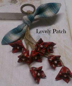 by emilia Cloth Flowers, Diy Flowers, Crochet Flowers, Fabric Flowers, Fabric Decor, Fabric Crafts, Japanese Patchwork, Fleurs Diy, Diy Keychain