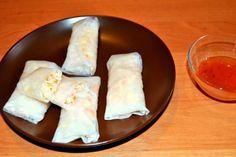 Przepis na Sajgonki Z Makaronem I Warzywami Po Wietnamsku. Jest to potrawa wegetariańska, ponieważ farsz składa się z warzyw i makaronu. Są to świeże sajgonki jedzone bez smażenia