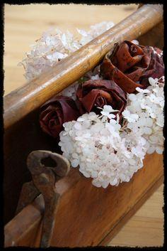 Vanha työkalupakki, hortensiaa ja vaahteranlehtiruusut Decorations, Diy, Bricolage, Dekoration, Do It Yourself, Ornaments, Homemade, Decor, Decoration