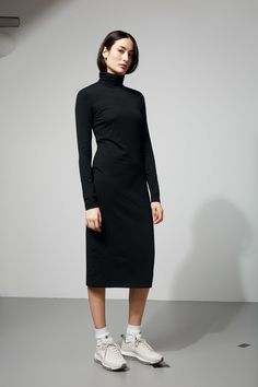 The Pose Dress is an unpretentious maxi dress made from a soft cotton blend with a melange finish. It has a loose turtleneck and a regular fit. -The model