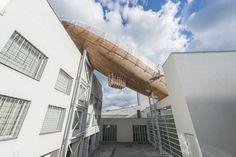 Bovenop de getransformeerde fabrieksgebouwen van het DOX Centre for Contemporary Art in Praag is een 42 meter lange 'zeppelin' geland die dienst gaat doen als plek voor lezingen en discussies over literatuur.