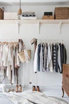 """★TIPS★ 服がいつも溢れて困っている方は、ハンガーの数を常に一定に保つようにしましょう。空いたハンガーの数分だけ購入するように心掛ければ、クローゼットから服が溢れることがありません。  【画像は、ジャケット・シャツ・ブラウスと、ハンガーをきちんと使い分けて収めている好例です。お洒落心を育てるのは、""""ハンガー選び""""から。】"""