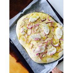 Herkuttelijat -ruokablogi: Sipuli-mozzarellaleipä