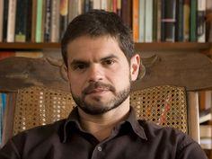 """O romancista, contista, tradutor e editor Rodrigo Lacerda é o convidado do projeto """"Cabeça de Escritor"""" do dia 21, às 20h, no Sesc Pompeia. A entrada é Catraca Livre."""