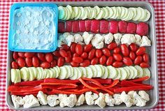 How to make an American Flag Vegetable Tray Platter, Dill Dip Recipe and grilled pizza. Easy party ideas for the of July. Fourth Of July Food, 4th Of July Party, 30th Party, Dill Dip Recipes, Detox Recipes, Yummy Recipes, Salad Recipes, 4. Juli Party, Memorial Day Foods
