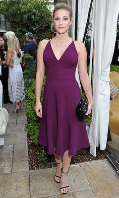 Lili Reinhart con un vestido de color berenjena