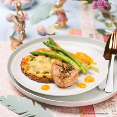 Kalbsmedaillons mit Spargelgratin Salmon Burgers, Food And Drink, Ethnic Recipes, Carrots, Best Asparagus Recipe, Easy Meals, Chef Recipes