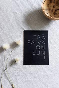 Tää päivä on sun postikortti on Ninnimoin Ninan kädenjälkeä. Se on painettu suomalaisessa painotalossa laadukkaalle sertifioidulle puhtaanvalkoiselle 100 % kierrätyspaperille, jonka valkaisussa ei ole käytetty klooria. Kortin koko on 105 x 148 mm. www.ninnimoi.fi
