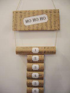 Od jutra już adwent, więc kalendarz adwentowy w domu to obowiązek. Znów wykorzystamy rolki po papierze toaletowym. Kto je zbierał ten może przygotować taki kalendarz, a jak nie, to może w przyszłym roku.     Przytnij papier i obklej rolki.   Rolki posklejaj ze sobą za pomocą ciepłego kleju.    [...]