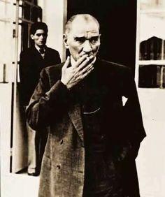 Atatürk'ün günde 10-15 fincan kahve ve 40-50 arası sigara içtiğini Hasan Rıza Soyak hatıralarında yazar. Gerçi, Atatürk'ün çoğu fotoğrafında elinde Great Leaders, Historical Pictures, World Leaders, Best Wordpress Themes, Revolutionaries, Fit Women, Art Prints, History, Wallpaper