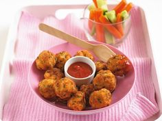 Annabel Karmel's chicken and apple balls Grated apple adds a delicious flavour to these chicken balls, which makes them appealing to young children. They're delicious hot or cold and make perfect finger foods for babies and toddlers too. Baby Food Recipes, Chicken Recipes, Dinner Recipes, Cooking Recipes, Healthy Recipes, Recipe Chicken, Apple Chicken, Cooking Food, Healthy Foods