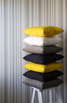 Eriväriset koristetyynyt tuovat huoneeseen piristystä. Sisustuksessa käytetyt tuotteet: Milla-koristetyynyt.