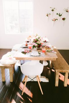 - A couple of weeks ago I went to an intimate dinner party and thought the presentation would be great for a Valentine Day dinner. These Valentine's dec. Valentine's Day, Modern Dining Table, Dining Tables, Valentines Day Party, Valentines Baking, Deco Table, Vintage Design, Valentine Decorations, Dining Room Design