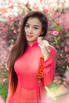 Beautiful, elegant with its own National Flavour. Posted by Sifu Derek Frearson Vietnamese Traditional Dress, Traditional Dresses, Pretty Asian, Beautiful Asian Women, Ao Dai, Cute Asian Girls, Hot Girls, Oriental Fashion, Asian Woman