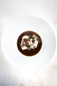 Leckere Suppe aus einer dunklen Mehlschwitze (Roux) und sanft geschmortem Ochsenschwanz. Dazu leckeres Röstbrot.