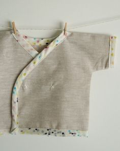 newborn wrap shirt pattern and tutorial for a gift -Molly's Sketchbook: Newborn Kimono Shirt - The Purl Bee - Kimono Shirt, Haut Kimono, Kimono Top, Sewing Baby Clothes, Baby Clothes Patterns, Clothing Patterns, Sewing Patterns, Purl Bee, Baby Sewing Projects