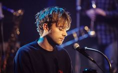 Discovered by Blur. Find images and videos about young, blur and damon albarn on We Heart It - the app to get lost in what you love. Blur Band, Perfect Nose, Going Blind, Def Not, Jamie Hewlett, Idole, Aesthetic Beauty, Britpop, Wattpad