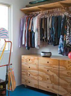 Neste quarto-closet, para que o morador podesse guardar suas pranchas de surfe, foi instalado uma prateleira alta, na qual se encaixa um cabideiro.