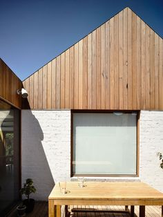rob kennon architects datum house in melbourne You are in the right place about facade entrance Here we offer you the most beautiful pictures about the mesh facade you are looking for. Wood Cladding Exterior, Cedar Cladding, House Cladding, Wooden Facade, Brick Facade, Concrete Facade, Facade Design, Exterior Design, White Brick Houses