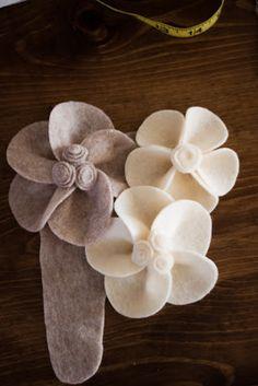 Tutorial - I love these Felt Flowers! Felt Flower Pillow, Fabric Flower Pins, Felt Flower Wreaths, Cloth Flowers, Burlap Flowers, Diy Flowers, Paper Flowers, Felt Flowers Patterns, Felt Patterns