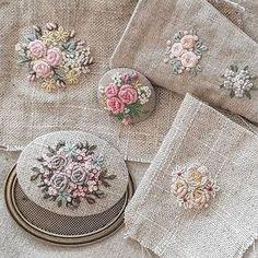 그저  흘러 가버리는 시간이 아깝다고 평범한 일요일 오후에 뜬금없이!! 시우가  말했다. 그 시간을 잡아두기 위해 일기를 쓰기 시작했다고 저녁에 보여줬다. (사실 보여 달라고 졸랐지만.) 나는 잘했다고 답해줬다. #embroidery #프랑스자수 #time