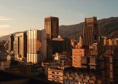 Foto de @czieglerphoto Atardecer por Plaza Venezuela si usted está caminando en Sabana Grande tiene una mejor vista de tal espectáculo   Cae la tarde en Caracas. #ig_caracas_ #ig_venezuela_ #ig_venezuelan_pro #ciudad_ve #venezuela_greatshots #vgs_2000 #ccs #caracas #caminacaracas